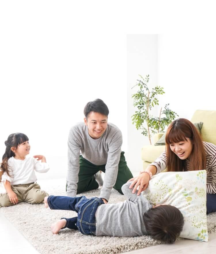 リビングで過ごす家族の写真